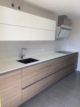 Vista frontal de una cocina terminada